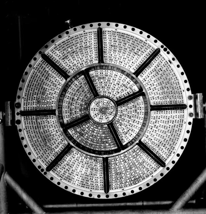 3土星五号一级发动机F-1喷注器—大量孔加工.jpg