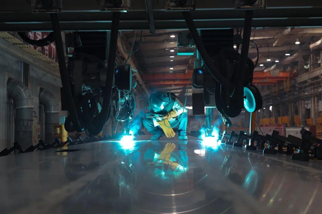 车体分厂工人检查焊接机器人焊接质量.jpg